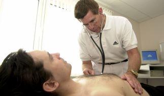 Junger Mann beim Arzt: Hodenkrebs trifft vor allem Männer von 25 bis 45 Jahren (Foto)
