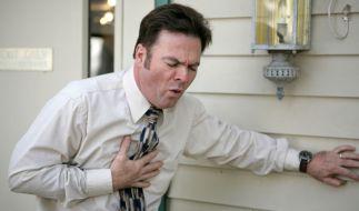 Das häufigste Symptom einer Angina pectoris ist ein drückender Schmerz hinter dem Brustbein.  (Foto)