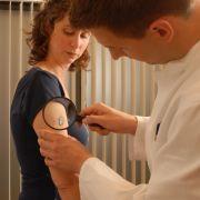 Wer an seinem Körper auffällige Leberflecken entdeckt, sollte diese im Zweifelsfall lieber vom Arzt untersuchen lassen.