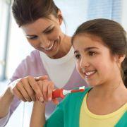 Bei Kindern kommt es vor allem auf handliche Bürsten an, die im Kindermund auch Platz haben.