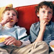 Nicht nur Süßes schadet den Zähnen. Auch über stärkehaltige Lebensmittel, wie etwa Chips, freuen sich die Bakterien.