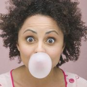 Ist Zähneputzen im hektischen Arbeitsalltag mal nicht möglich, kann ein zuckerfreies Zahnpflegekaugummi ein wenig Abhilfe schaffen.
