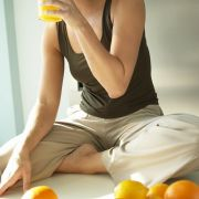 Nach säurehaltigen Mahlzeiten und Getränken, wie dem Orangensaft beim Frühstück, sollte dem Speichel für mindestens eine halbe Stunde das Feld überlassen werden, bevor die Zahnbürste zum Einsatz kommt. Denn die Säure weicht den Zahnschmelz auf.
