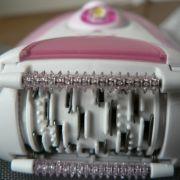 Die vielen kleinen Pinzetten greifen die Haare und rupfen sie mit der Wurzel aus. Eine schmerzhafte Angelegenheit.