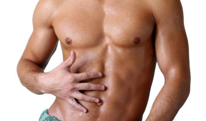 Männer greifen nicht mehr nur zur Rasierklinge, um den Bartwuchs unter Kontrolle zu bringen. Auch Brustteppiche fallen der Enthaarung zum Opfer.