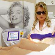 Wer sich dauerhaft von seinen Beinhaaren verabschieden möchte, kann auch mit Laser oder pulsierendem Licht die Haarwurzeln veröden lassen.