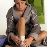Mit Heiß- oder Kaltwachs bestrichene Streifen begrenzen den Schmerz beim Enthaaren zumindest zeitlich besser als das langwierigere Epilieren.
