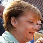 Im Bundestagswahlkampf 2005 ist Merkel in Zingst in Vorpommern unterwegs. Mit viel persönlichem Einsatz gewann sie das Direktmandat inzwischen zum fünfen Mal.