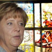 Merkel vor einem Glasmosaik in sozialistischem Realismus aus DDR-Zeiten im ehemaligen Staatsratsgebäude in Berlin.