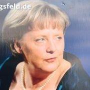 Vollen Einsatz verlangte die CDU-Bundestagskandidatin Vera Lengsfeld der Kanzlerin ab. Die ehemalige DDR-Bürgerrechtlerin in Berlin präsentierte sich im Wahlkampf genauso freizügig dekolletiert wie Merkel zuvor bei einem Staatsbesuch in Norwegen. Motto: &