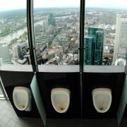 Ein ungewöhnlicher Ausblick auf die Bankenskyline der Finanzmetropole Frankfurt bietet sich den männlichen Besuchern der WC-Anlage im 49. Stock der Commerzbank-Zentrale.