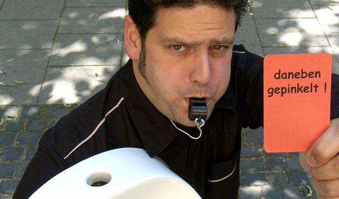 Der Münchner Diplom-Ingenieur Philipp Zimmer hat Fußball-Aufkleber für Männertoiletten entwickelt, die unsichtbar werden, wenn sie der Urinstrahl trifft. Ob das ein Anreiz zum Zielen ist?