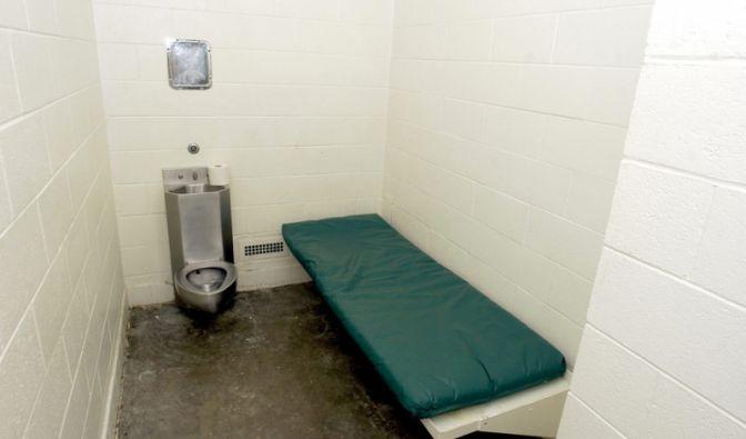 Auch da gibt es menschliche Bedürfnisse:Innenansicht einer Arrestzelle in der Santa Barbara County Sheriff Substation in Orcutt im US-Bundesstaat Kalifornien, in der die Festgenommenen ihren obligatorischen Telefonanruf tätigen können.