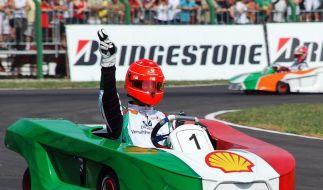 Schumacher Junior tritt in die Fußstapfen seines Vaters und macht sich im Kartfahren einen Namen: Hier gewinnt Michael Schumacher ein Benefiz-Kartrennen in Brasilien. (Foto)