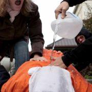 Menschenrechtsaktivisten demonstrierten 2007 in Washington an einem Freiwilligen das simulierte Ertränken, das sogenannte Waterboarding.
