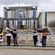 Mitglieder von Amnesty International und der Menschenrechtsorganisation für Kolumbien (Kolko) demonstrierten im Januar 2009 vor dem Bundeskanzleramt in Berlin.