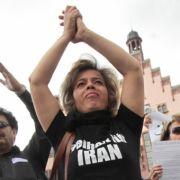 In Deutschland lebende Iraner demonstrierten auf dem Römerberg in Frankfurt am Main gegen die Gewalt und Unterdrückung im Iran.