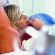 Wer krank ist, ist krank und gehört ins Bett. Oder eben auf die Couch. Sich heroisch ins Büro zu schleppen, steckt nur die Kollegen an und erhöht die Fehlerquote.