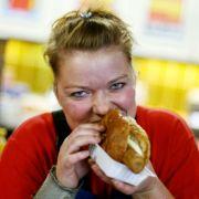 Die Currywurst vom Imbiss um die Ecke oder das Stückchen Kuchen vom Bäcker gegenüber - es ist zwar verlockend einfach, aber nicht gesund.