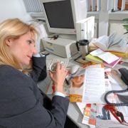 Das Büro als Hauptquell für Stress. Damit die Arbeit nicht zur Qual wird und krank macht, kann man einiges beachten.