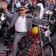 Im Jahr 2000 eröffnet Hopper sogar die Expo in Hannover auf einer Harley.