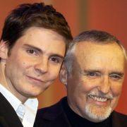 Daniel Brühl ist sichtlich stolz, dass er 2003 aus den Händen von Dennis Hopper die Auszeichnung als Europäischer Shooting-Star erhält.