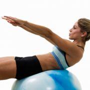 Fitnessübungen sollen Spaß machen, nur so bleibt man am Ball und kommt dem Ziel einer strafferen Figur näher und näher.
