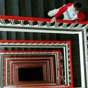 Wer sich fit halten will, muss Bewegung in den Alltag bringen - etwa durch Treppensteigen.