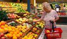 ARCHIV - Eine Kundin steht am 22.08.2007 an einer Obsttheke eines Supermarkts in Weinstadt. Die Verbraucher in Deutschland greifen verstärkt zu Obst, Gemüse und Getreide sowie zu Fisch und Geflügel, aber weniger zu Rind- und Schweinefleisch. Dieser Trend geht aus dem aktuellen Ernährungsbericht 2008 der Deutschen Gesellschaft für Ernährung (DGE) hervor, der am Mittwoch (17.12.2008) in Bonn vorgestellt wurde. Foto: Norbert Försterling dpa/lnw +++(c) dpa - Bildfunk+++   Foto: dpa