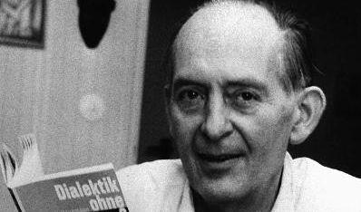 Robert Havemann 1968 mit seinem Buch «Dialektik ohne Dogma?». (Foto)