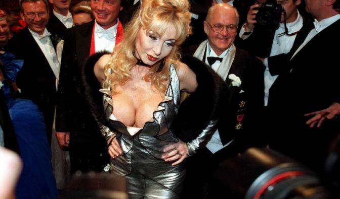 In mehr als 50 Pornofilmen spielte Dolly Buster mit.