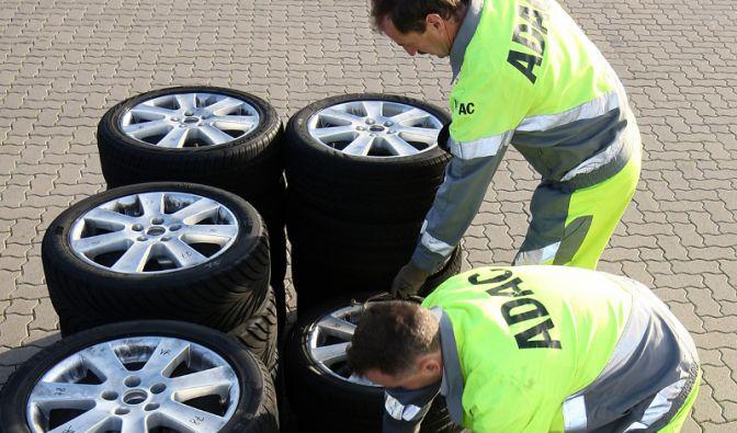 Die Verkehrsfachleute von ADAC und Stiftung Warentest haben 36 Reifen in zwei Dimensionen getestet.