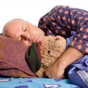 Auch Erwachsene schlummern gerne mit Teddy.