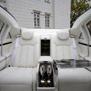 Ganz in weiß, ohne Blumenstrauß, aber mit hohem Luxusfaktor: Maybach Landaulet innen.