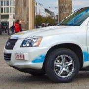 Toyota  hatzwei stattliche SUV in die Berliner Holzmarktstraße geschickt. Die Fahrzeuge haben bereits einige Tausend Testkilometer in den USA zurückgelegt. Jetzt sollen die komfortablen Dickschiffe, bei denen nichts als Wasserdampf aus dem Auspuffrohr ent