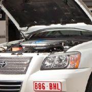 ... sogar am kältesten Tag des vergangenen deutschen Super-Winters habe man die Testfahrzeuge bei minus 37 Grad verlässlich starten können, beteuert Toyotas Technik- Experte Dirk Breuer. Mehr als zehn Jahre Erfahrung mit dem elektrischen System des Prius