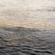 Weißbach wie der schwarze Fluss. Da hat sich endlich mal jemand was bei gedacht. Hier im brasilianischen Manaus fließen der Schwarzwasserfluss Rio Negro und der weiße Rio Slimoes zusammen und bilden dann gemeinsam den Amazonas. Aber ob diese