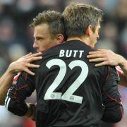 Torwart Hans-Jörg Butt wird von Ivica Olic umarmt.