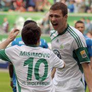 Wolfsburgs Edin Dzeko (rechts) feiert mit Zvjezdan Misimovic.