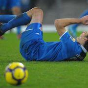 Dino Drpic von Karlsruhe liegt nach einem Foul auf dem Rasen.