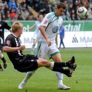 Der Wolfsburger Edin Dzeko (r.) wird von Frankfurts Maik Franz attackiert. Der Bosnier in Diensten der Wölfe sichert sich 22 Toren die Torjägerkanone vor Leverkusens Stefan Kießling.