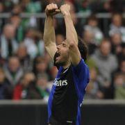 Ruud van Nistelrooy bejubelt sein Tor zum 1:1 gegen Bremen. Genutzt hat es wenig. Der HSV ist in der nächsten Saison international nicht vertreten.