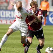Miso Brecko (l.) vom 1. FC Köln im Zweikampf mit Mike Frantz vom 1. FC Nürnberg. Frantz muss mit dem Club in die Relegation gegen den FC Augsburg.