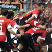Die Spieler von Hannover 96 bejubeln das 1:0 von Arnold Bruggink gegen den VfL Bochum. Am Ende heißt es 3:0 und die Roten schaffen den Klassenerhalt.