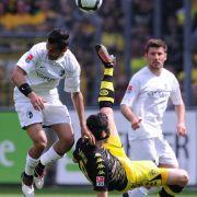 Freiburgs Yacine Abdessadki (l.) spielt gegen Dortmunds Nuri Sahin. Freiburg schafft zum Saisonabschluss einen 3:1-Sieg gegen das Team von Jürgen Klopp.