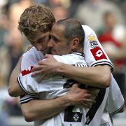Nach dem Spiel umarmt Stefan Kießling (l.) Oliver Neuville. Dieser steht kurz vor dem Abschied aus Mönchengladbach und muss möglicherweise seine Karriere beenden.