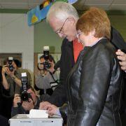 Ministerpräsident Jürgen Rüttgers und seine Frau Angelika wählten in Pulheim-Sinthern.
