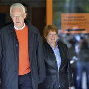 Vollbracht: Das Ehepaar Rüttgers verlässt das Wahllokal. Wem sie wohl ihre Stimme gegeben haben?