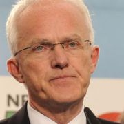 Ministerpräsident Jürgen Rüttgers gesteht vor seinen Anhängern die Schlappe ein.