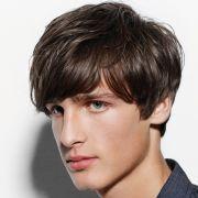 Ashton Kutcher hat es raus: Er trug als einer der Ersten die moderne Variante des Pilzkopfs und etablierte damit einen neuen Männerlook in Hollywood.